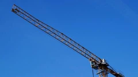 Bauarbeiter durch Greifzangen eines Krans in Bruckberg schwer verletzt